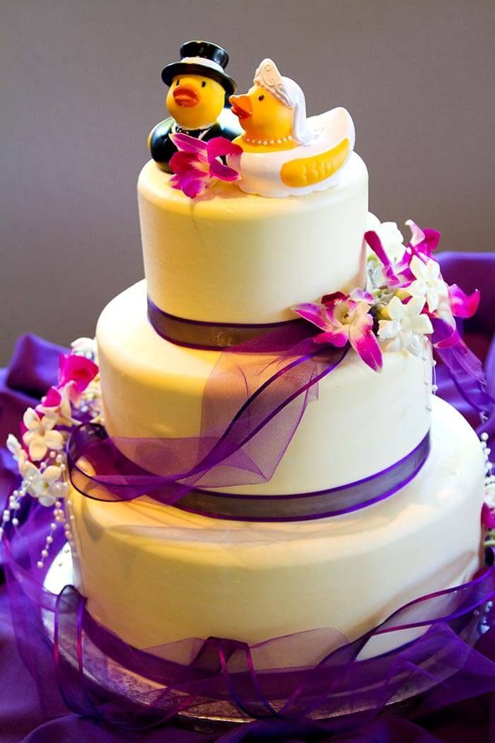 Witzige Idee: So eine Brautpaar-Tortenfigur habt ihr noch nicht auf einer Hochzeitstorte gesehen... | Viele Tipps & Anregungen | über 100 Beispielbilder