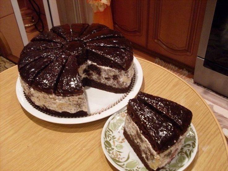 """Tortul """"Mușețelul african"""" este un desert fenomenal, cu gust intens de ciocolată, extrem de delicios și aspectuos, perfect pentru orice sărbătoare sau masă festivă. Cu toate că arată foarte sofisticat și elegant, acest tort este extrem de simplu de realizat. Blatul fraged de cacao, crema fină de smântână și fructe suculente, combinate armonios cu mac …"""