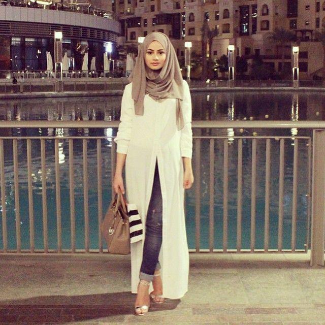 """Dubai Evenings! What eating places do you recommend?! OOTD : Long Blouse @sadoqmuslimahfashionwear, hijab @sanayusufzai, shoes @boohooofficial, bag…"""