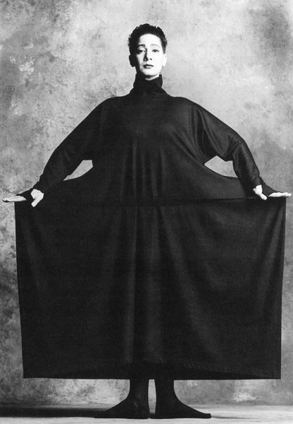 ISSEY MIYAKE PERMANENTE, 1986 Model:  Ellen Van Schylenburch (Contemporary Dancer) PHOTOGRAPH BY SNOWDON, CAMERA PRESS LONDON