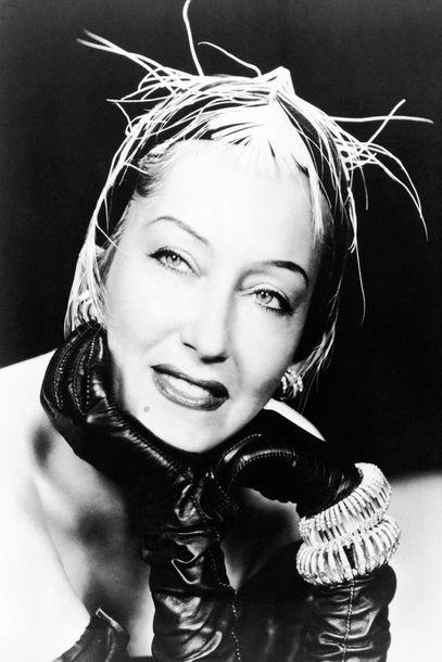 1930 erwarb Gloria Swanson bei Cartier zwei noch heute umwerfend moderne flexible und mit Diamanten besetzte Armbänder. Unklar ist, wie sie die bezahlen konnte. Sie war mit für damalige Verhältnisse unglaublichen 1,5 Millionen Dollar verschuldet. Doch von den Cartier-Armreifen trennte sie sich nie und trug sie in mindestens zwei Filmen, 1932 in Perfect Understanding und in ihrem grandiosen Comeback Sunset Boulevard von 1950. © Cartier