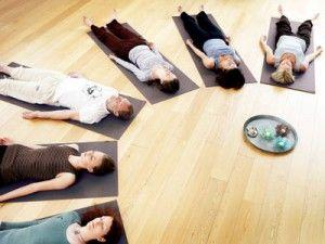 Yoga og meditation, ro og indre balance, jordbundenhed, lodret menneske i en vandret verden