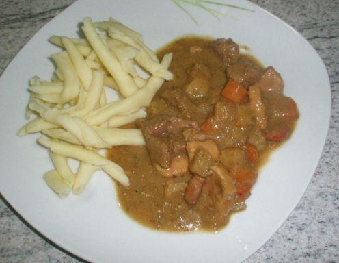 Für das Altwiener Matrosenfleisch das Fleisch würfelig schneiden, die beiden Zwiebel ebenso. Zwiebel in Öl anschwitzen und das Fleisch, sowie die