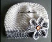 Bonnet blanc et gris et sa fleur : Mode Bébé par mamountricote