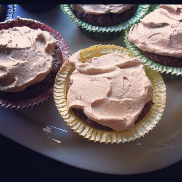 Ager bager: Chokoladecup-cakes med hindbærsylt og daim-ganache...