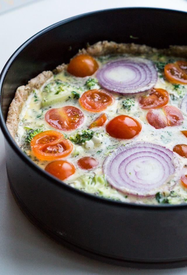 Grov tærtebund bagt med fuldkornshvedemel, creme fraiche og olie. Top den med dit yndlingsfyld og få en skøn og sprød tærtebund.