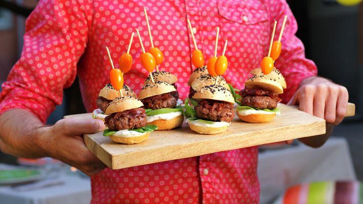 Miniburgere med rødløkskompott - Gjester - Oppskrifter - MatPrat