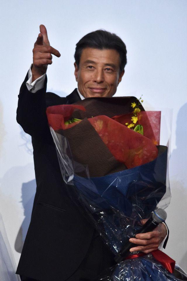 ファンから花束を受け取った舘ひろし。