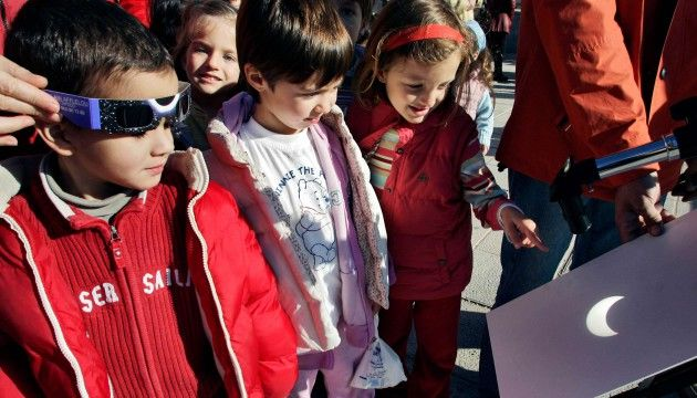 Éclipse solaire du vendredi 20 mars: mes élèves adorent l'espace, on la regardera ensemble - le Plus