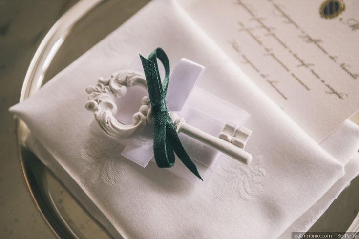 Segnaposto di nozze con gessetto profumato a forma di chiave e laccio di velluto verde.