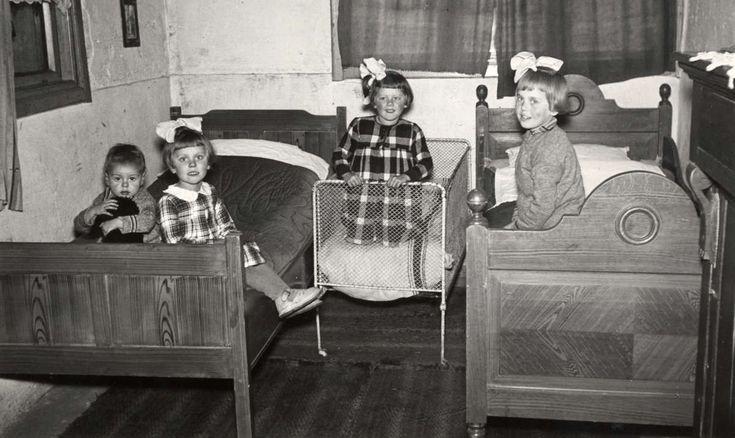 Kinderen van de door de crisis getroffen familie Raaymakers, die van een hulpactie van het tijdschrift Het Leven bedden hebben gekregen. Nederland, Best, 1936.