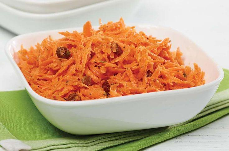Recette de salade de carottes, un classique de la cuisine québécoise qui met de la couleur dans votre assiette. Prête en 20 minutes, 0,33$ par portion.