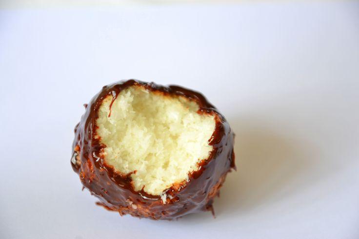 Macaroons de coco com cobertura de chocolate e maracujá