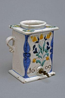 Víztartó edény a habán  1. korszakából (XVI.sz. - 1622) A habánok művészetében az olasz és svájci reneszánsz eredetű forma és díszítménykincs ötvöződik kevés francia, a XVII. sz-ban pedig delfti hatással.