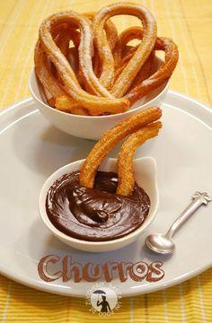 Churros - ricetta spagnola. Dolcetti fritti tradizionalmente accompagnati alla cioccolata calda