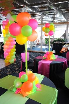 80's party decorations. Decoración con globos en colores neón. Dispones de artículos similares en http://www.fiestafacil.com/