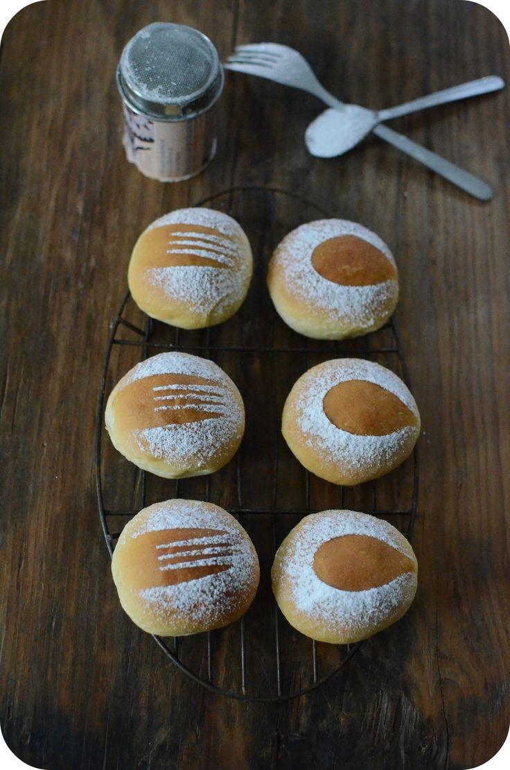 Les petits pains au lait c'est encore plus simple et plus rapide à préparer qu'une brioche ! Et pour innover un peu côté façonnage ou décoration, cette fois-ci j'ai opté par des ustensiles très simples ! Les couverts !!! Il a suffit de mettre une fourchette...