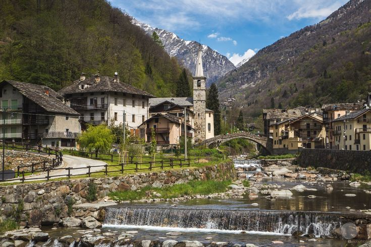 Between Oropa and Gressoney valleys, flows a river that digs gorges and creates breathtaking views.  A trip, on the edge of time , to discover the traditions that gave life and prosperity to this beautiful valley.