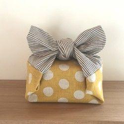 筒状お弁当袋の中でも 2番目に大きい*L*サイズです。 少し大きめのメンズ向けサイズ♪ Mサイズでは少し小さいかも…という方におすすめ♪サイズをご確認くださいませ。ちょっと変わったお弁当袋のようなお弁当包みです♪一風変わった形のお弁当袋(お弁当包み)に驚くかたも…⁉︎巾着袋のような形ではなく入れるところが筒抜け状態になった☆筒状☆のお弁当包みになっています。お弁当箱を筒状部分に入れたら両端が結び部分となります♪結びには丸い○タイプと三角△タイプがあります♪☆お手持ちのお弁当箱などの形よって柄の出方、形は画像と多少の違いが出ると思います。☆箸箱やカトラリーケースも一緒に包めますがその際はお弁当箱にプラスしてサイズを確認して下さいね♪***むすびが△タイプで筒状のお弁当袋***筒状部分の生地は 本物のバスケットのようなリアルなコットンオックスプリント♪ 結び△タイプの大きめチェックのブラック✨筒状で少しかわった形が個性的なかわいいお弁当袋です♪画像は高さ7㎝、長さ20㎝、幅14で 約1300ml容量のケースを入れています♪…