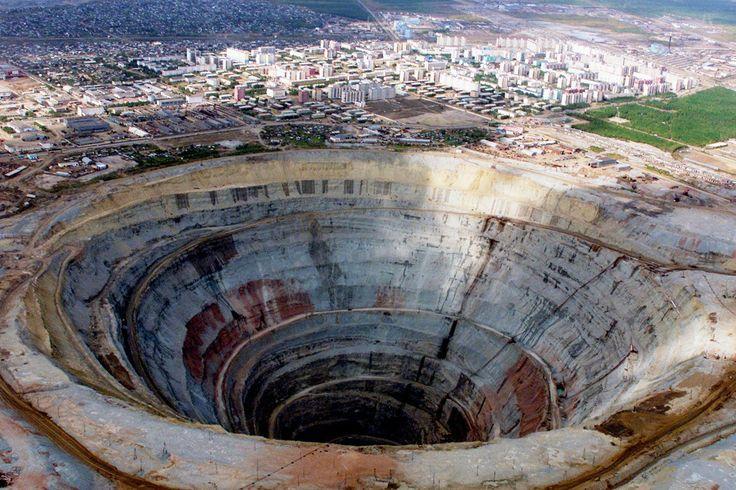 ИА SakhaNews. Почти половину из тысячи шахтеров, работавших на подземном руднике «Мир», так и не удалось трудоустроить. Горняки рассказалиРБКо попытках АЛРОСА разрешить ситуацию и о надвигающемся…