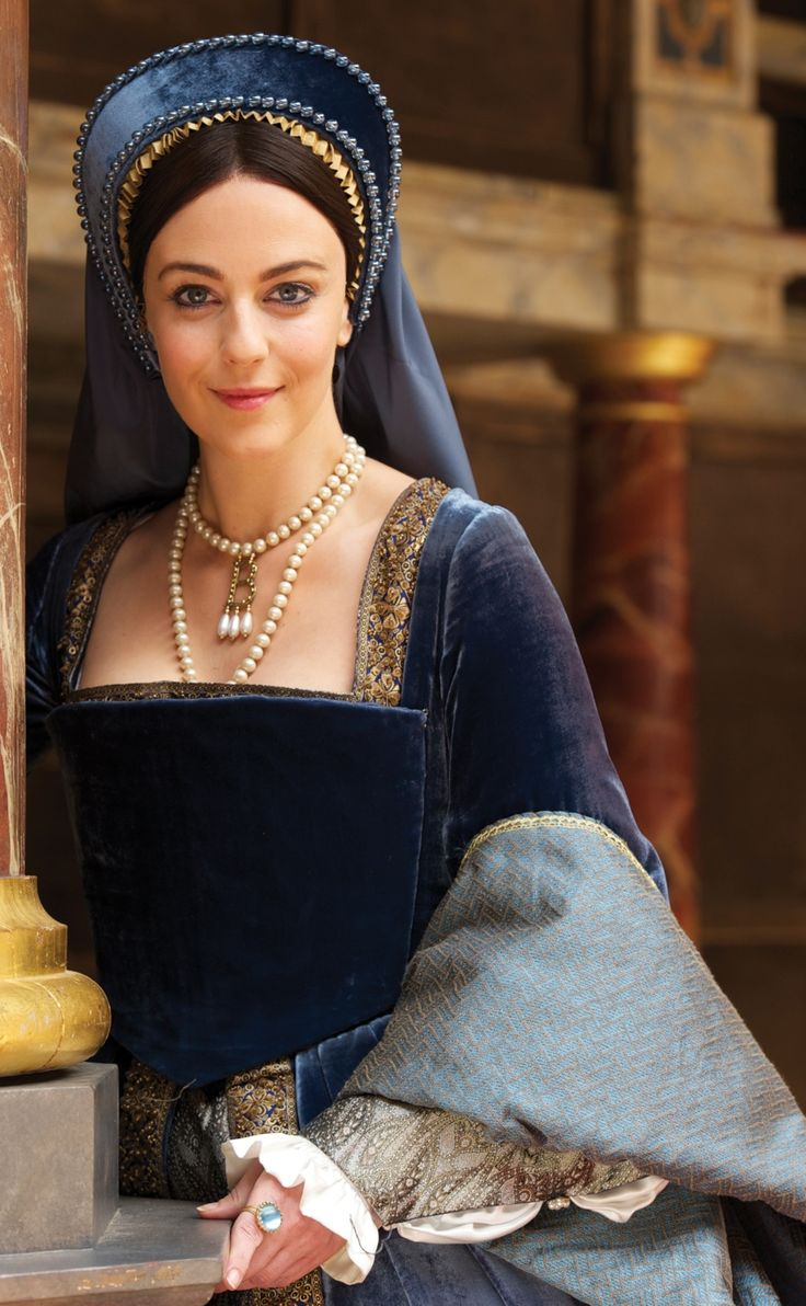 Anne Boleyn's Blue Gown. (Anne Boleyn at Shakespeare's Globe, 2011). Note shape and line of the bodice and lack of any visible lacings: all in back or underneath