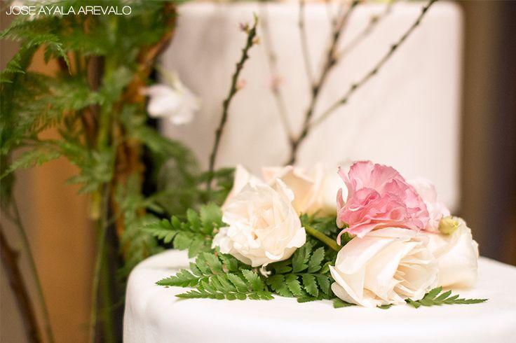 atrás quedaron las tortas tradicionales, ahora el estilo moderno y romántico la hacen diferente, con flores que resalten y con encanto vintage