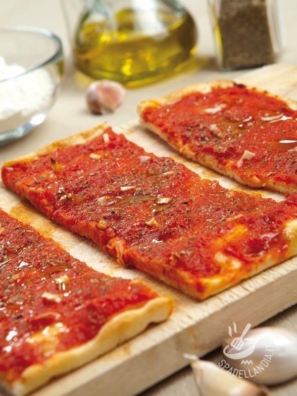 Pizza marinara - La Pizza alla marinara è un grande classico per gli amanti della pizza, la pietanza italiana in assoluto più famosa al mondo, e la più imitata! #pizzamarinara
