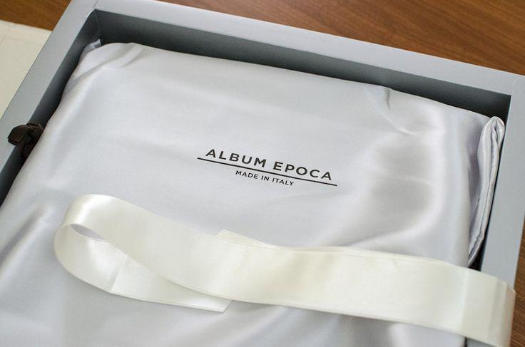 Nulla è lasciato al caso: i nastri in raso servono a chiudere il cofanetto che contiene l'album.