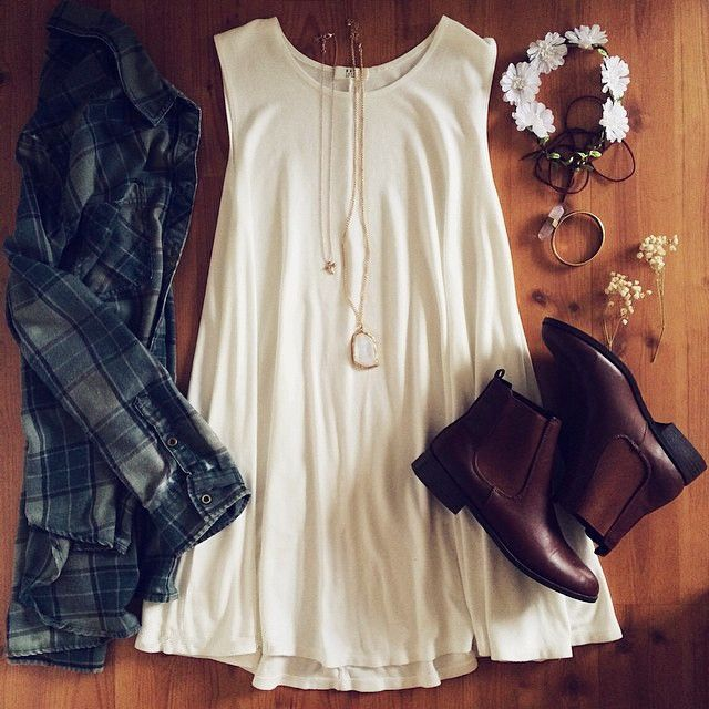 Cooler Festival Look mit weißem Kleid, Booties, Hemd und Haarschmuck - Gutscheine & Rabatte für Damenmode gibt es hier: http://www.deals.com/kategorien/mode-und-accessoires/ #gutschein #gutscheincode #sparen #shoppen #onlineshopping #shopping #angebote #sale #rabatt #mode #fashion
