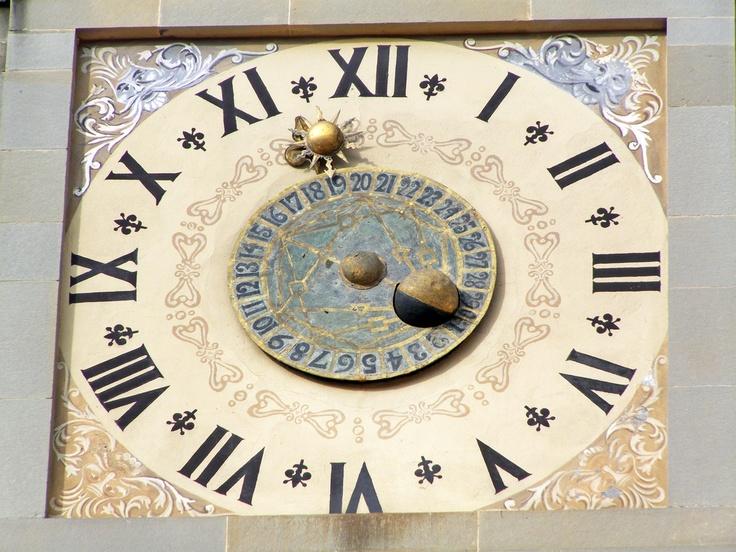 L'orologio, realizzato nel 1552 ad opera del Maestro Felice Vannucci di Fossato di Vico, andava a sostituirne uno gi? esistente. E' probabile che si trattasse di un orologio da maglio,di un meccanismo privo di quadrante esterno, ma collegato ad una campana in grado di suonare le ore.
