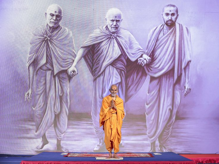 Param Pujya Mahant Swami Maharaj greets all with 'Jai Swaminarayan', 6 Dec 2016