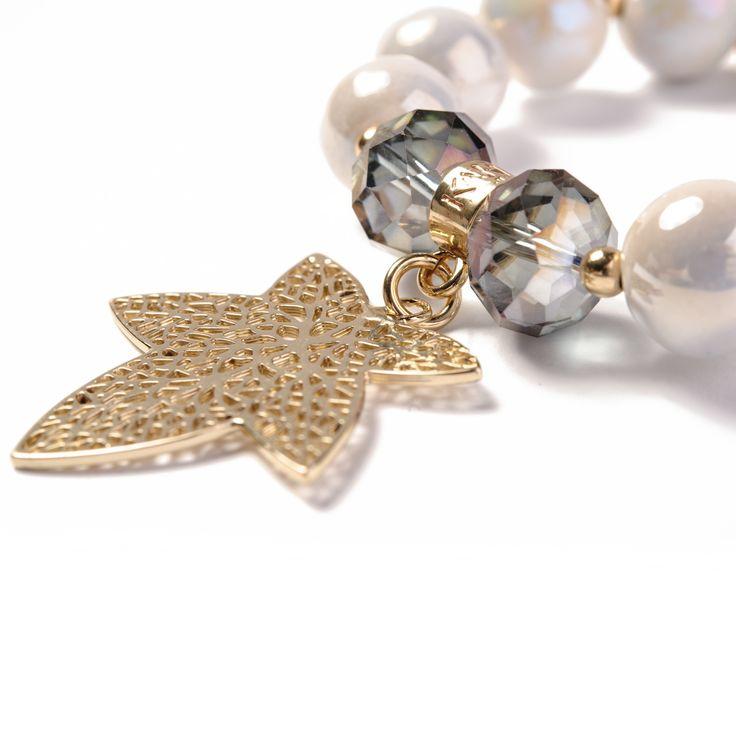 Bransoletka Perłowa z liściem wykonana z ceramicznych kulek, kryształków Swarovski Crystals oraz elementów pozłacanych 24-karatowym złotem