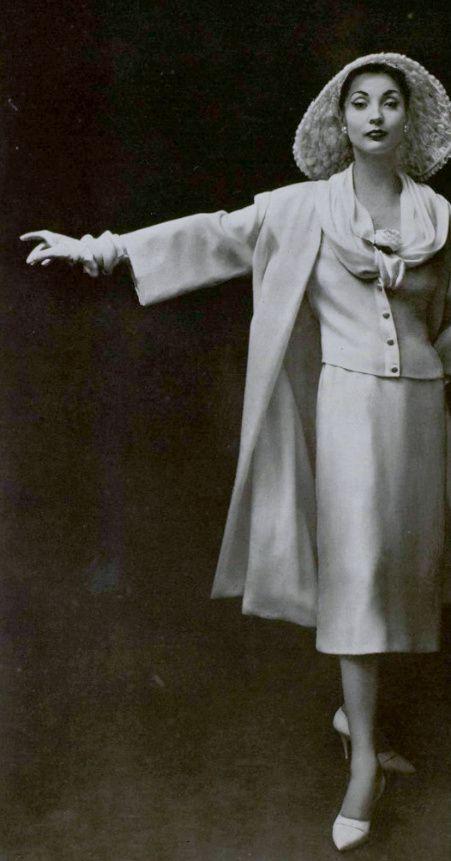 1957 Christian Dior nous en donne un bien beau témoignage dans cet ensemble en crêpe blanc craie de lesage, dont la veste se détache sous une souple encolure.