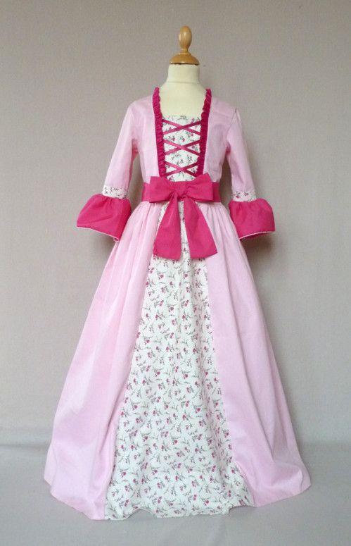 une variante du déguisement marquise avec laçage sur le corsage et ceinture à noeud devant. en coton rose clair, coton fushia et coton fleuri.