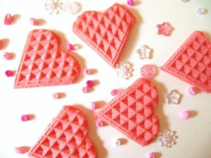 Liefdeswafels voor prinsessen. Neem een pak wafelmix en doe er een scheutje bietensap bij. Zet bij het bakken het wafelijzer op een lage stand. Geef ook wat aardbeien mee.