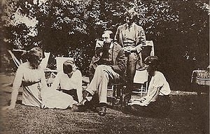 Google Image Result for http://upload.wikimedia.org/wikipedia/commons/thumb/4/4a/SomeBloomsburymembers.jpg/300px-SomeBloomsburymembers.jpg