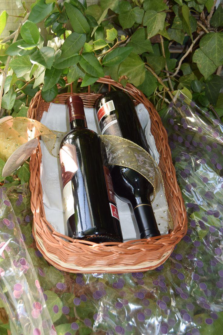 No hay mejor forma de presentar este regalo de dos botellas de buen vino que esta cesta regalo de cestashome.
