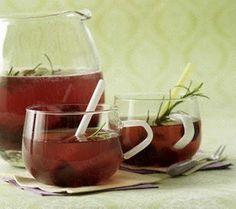 Wodka-Kirsch-Bowle mit Rosmarin und Sekt