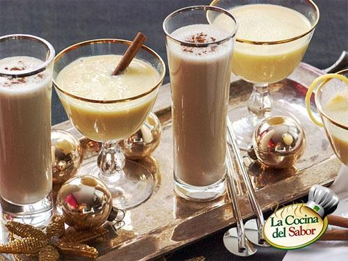 Ingredientes: 2 Litros de leche,1 Pizca de bicarbonato,1 Raja de canela o ¼ de kilo de almendras peladas, tostadas y molidas,1 Kilo de azúcar,8 Yemas de huevo,1 Taza de alcohol de caña o aguardiente, 3 cucharadas de Maizena ( opcional ) Preparación: Caliente la leche con el bicarbonato y la canela. Aparta media taza de la leche y en la restante disuelve el azúcar. Desbarata las yemas batiéndolas en la leche.Deja hervir la leche. Añade las yemas en forma de hilo. Añada el alcohol.