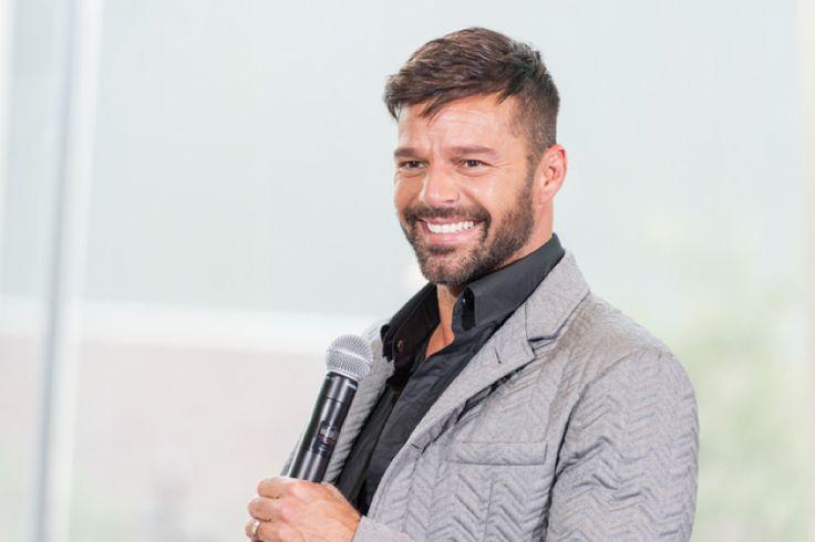 オープンリーゲイ歌手リッキー・マーティンが、芸術家ジュワン・ヨセフと婚約したと発表した。      今年4月、ブラジルで開催されたエイズチャリティー「インスピレーション・ガラ」にて、リッキーは新恋人ジュワン・ヨセフ氏と共にレッドカーペットに登場し、メディアに初お披露目をしていた。  関連記事 >> リッキー・マーティンに新恋人!手を繋ぎメディアに登場  リッキーは米人気番組「エレンの部屋」に出演し、婚約をしたことを明かした。  出会いのきっかけについてリッキーは、「彼はアーティストで、彼のアートに夢中になってしまったんだ」と語り、彼自身ではなくアートから彼の虜になったそうだ。  お相手のジュワン・ヨセフ氏は、シリア生まれのスウェーデン育ちのイケメン男性。現在はロンドン在住で画家として活躍している。         Yup. Rickyさん(@ricky_martin)が投稿した写真 - 2016 4月 15 9:59午後 PDT      交際から1年を経て、リッキーの方からプロポーズ。…