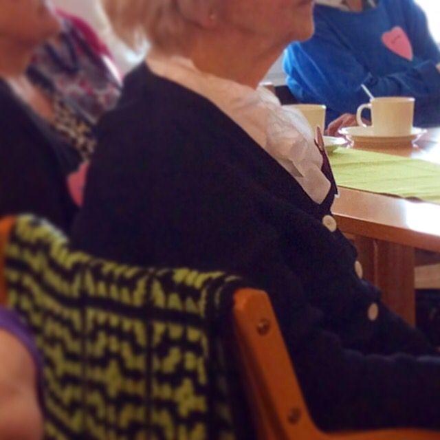 Itäisen omaishoidon toimintakeskuksen ryhmä kuunteli, kyseli ja kokeili tablettilaitteita (20.4.15).