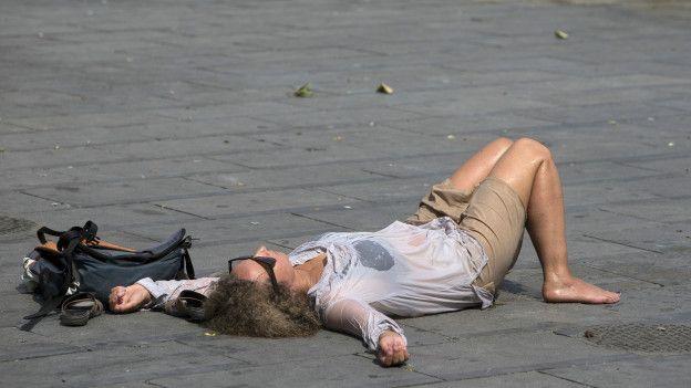 Qué le pasa al cuerpo humano con el calor extremo  La Organización Mundial de la Salud (OMS) afirma que la temperatura ambiente óptima para el organismo es entre 18 y 24º C, cuando el cuerpo se mantiene a unos 36°C-37°C. Cualquier nivel más elevado provoca que los riesgos para la salud se incrementen