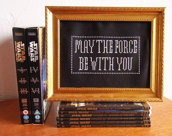 """O dia 4 de maio é considerado um feriado por fãs de Star Wars para celebrar a cultura de Star Wars e honrar os filmes. O dia é chamado de Dia de Star Wars por causa da popularidade de um trocadilho com o modo de chamar esse dia em inglês. Como a frase """"May the Force be with you"""" (em português, """"Que a Força esteja com Você"""") é uma citação famosa muitas vezes falada nos filmes de Star Wars, os fãs comumente dizem """"May the fourth be with you"""" (em português, """"Quatro de maio esteja com você"""")…"""