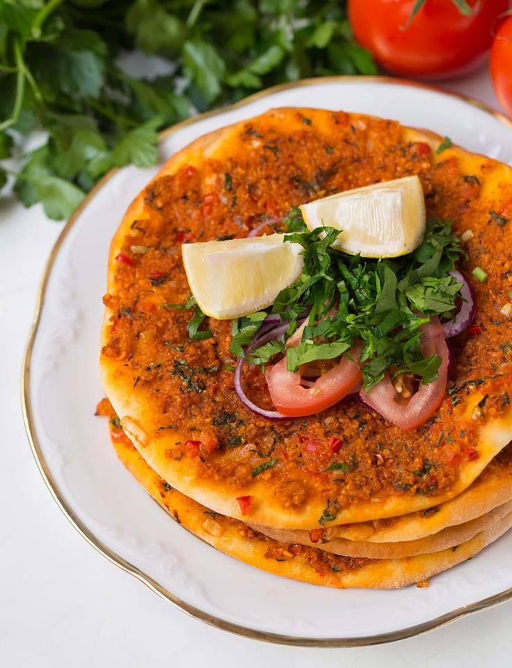 Vegane türkische Pizza Teig: 250 g Weizenmehl 1 EL Öl ½ TL Zucker 1 TL Salz ¼ Würfel frische Hefe circa 150 ml lauwarmes Wasser Belag: 7 Reiswaffeln, mit den Händen zerbröselt oder 50 g Soja Schnetzel, fein 150 ml frisch gekochtes, heisses Wasser 50 ml Olivenöl 1 kleine Zwiebel, fein gewürfelt 1 Knoblauchzehe, gepresst 1 bis 1,5 TL Tomatenmark 1 bis 1,5 TL Paprikamark 1 Stück rote Spitzpaprika, fein gewürfelt (circa 50 g) 1 kleine.....