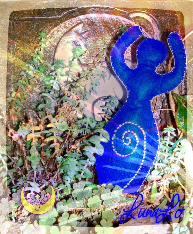 Dea in feltro blu e decorazione a spirale con perline argentate.Cucita a mano.