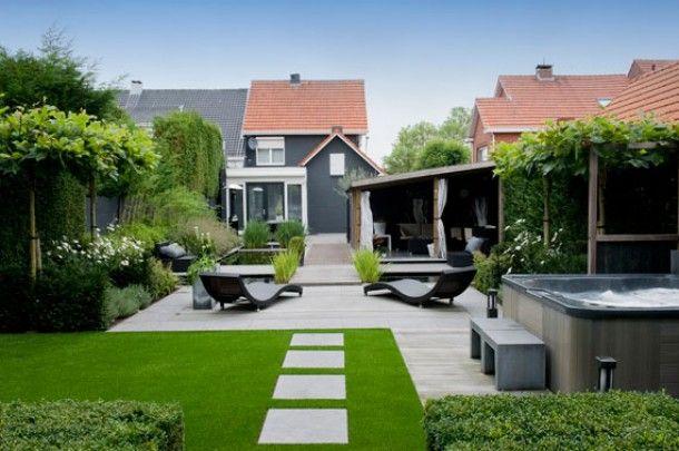 Love the super clean landscaping. tuinideeen | Grijze composiet planken en kunstgras
