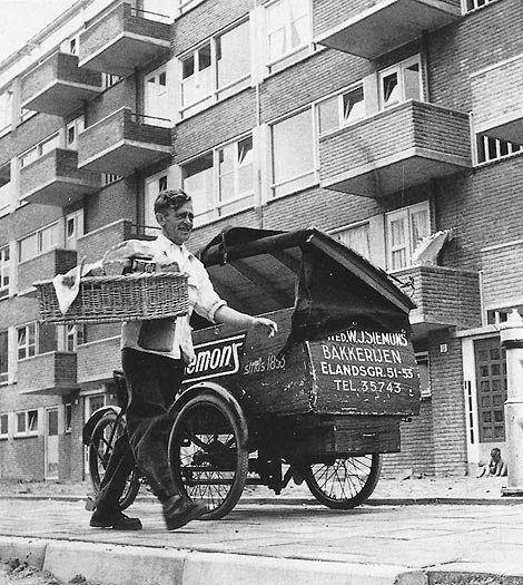 De bakker bezorgt het brood aan huis (1955)
