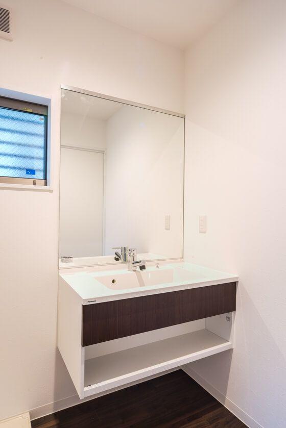 洗面化粧台は、「フロートタイプのパナソニックのシーライン(C - Line) 一面鏡」。キャビネットはフロートタイプ。扉は下の画像に掲載されているバリエーションの中から床にあわせてダーク柄を選ばれました。 #パナソニック #Panasonic #シーライン #C-Line #フロートタイプ #一面鏡 #鏡 #洗面室 #洗面所