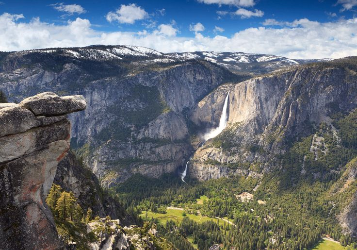 Yosemite Falls i Yosemite Nationalpark i USA er uden tvivl et af de smukkeste vandfald i verden. Du nyder det bedst fra udsigtspunktet Glacier Point, hvor der er udsigt ud over helle den smukke Yosemite Valley.