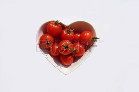beyaz zemin zerinde kalp ekli eri domates Stok Fotoğraf